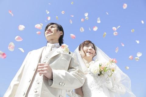 結婚式の喜ばしい男女