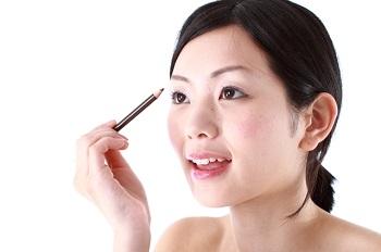 お化粧をする30代女性