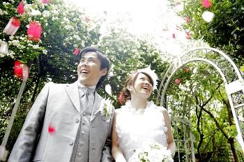 若者の結婚式の様子