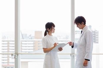 医師と看護師の職場風景