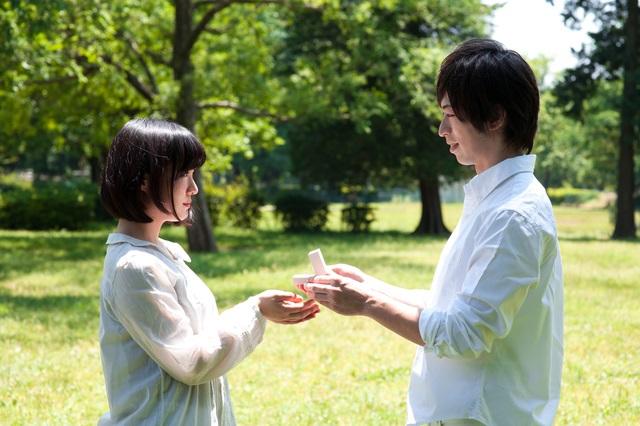 プロポーズ中のカップル