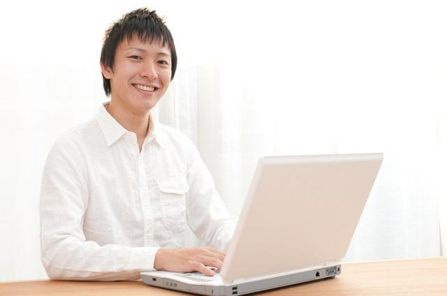 ネット検索する男性