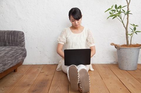 パソコンで写真を修整する女性