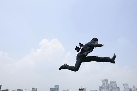 飛び跳ねる男性