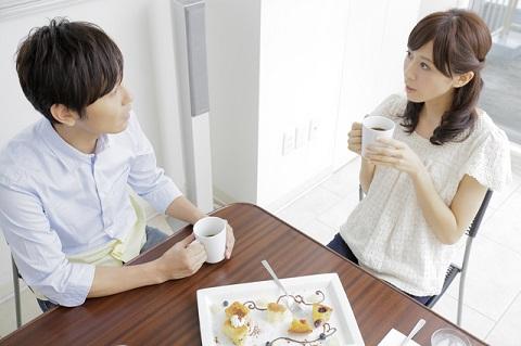 お茶をしながら会話する男女
