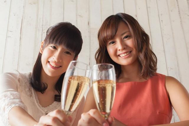独身女性二人で乾杯