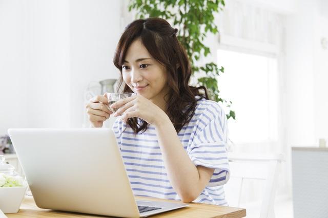 ブログを眺める女性
