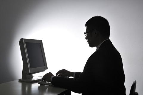 ネットに口コミや評判を書く男性