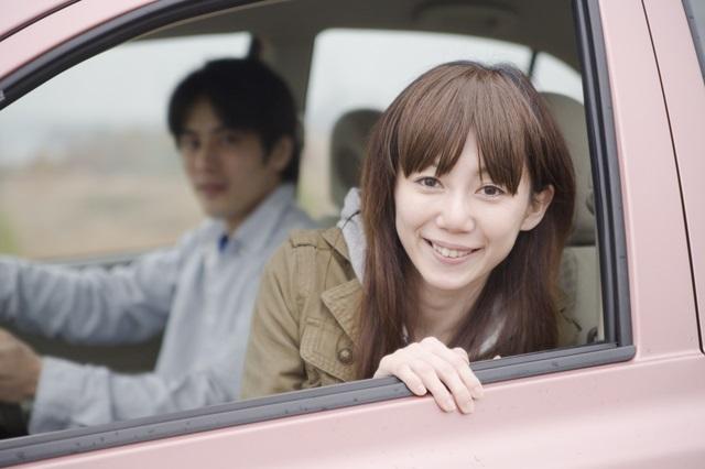年下とドライブ中の40代女性